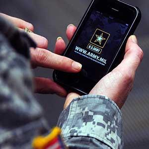 گوشی آیفون در دست سرباز ارتش آمریکا